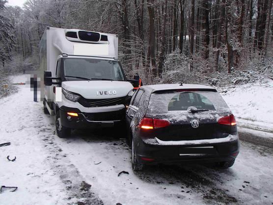 Eine 23-jährige Italienerin geriet auf der Talstrasse mit ihrem VW ins Rutschen und prallte mit einem Lastwagen zusammen.