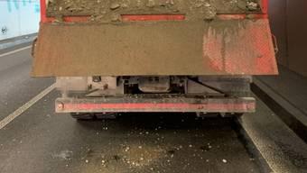 Ein Lastwagen verlor auf der Autobahn Aushubmaterial.