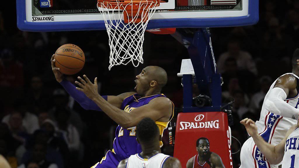 Auch Lakers-Superstar Kobe Bryant (hinten) konnte bei seinem letzten Spiel in seiner Heimatstadt Philadelphia den ersten Saisonsieg der Philadelphia 76ers nicht verhindern