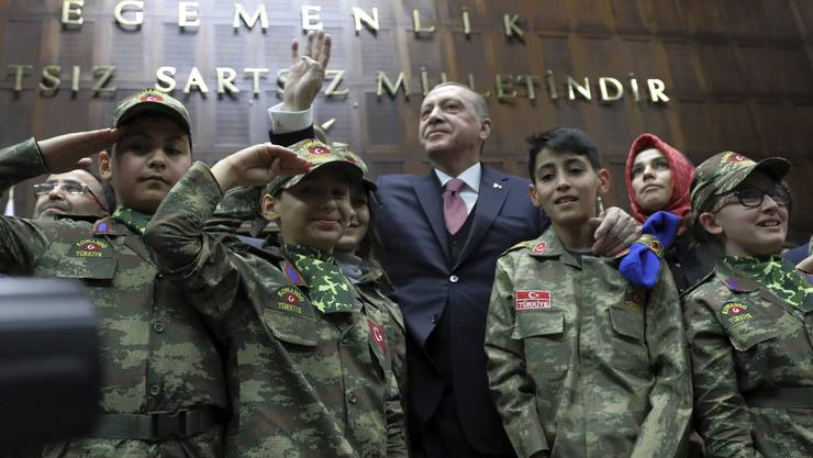 Der türkische Staatspräsident Recep Tayyip Erdogan hat eine Belagerung der von kurdischen Milizen kontrollierten syrischen Stadt Afrin angekündigt.