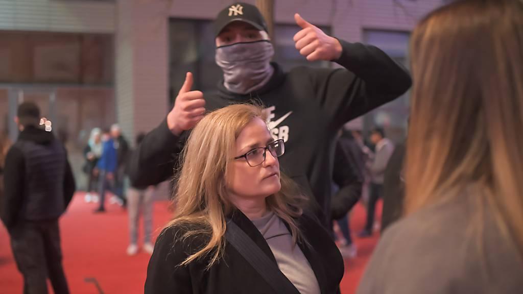 Die St. Galler Stadtpräsidentin Maria Pappa - hier im Gespräch mit Jugendlichen am Roten Platz am Karfreitagabend - bezeichnete die Polizeieinsätze rund um die Krawalle vom Osterwochenende als «sehr verhältnismässig».