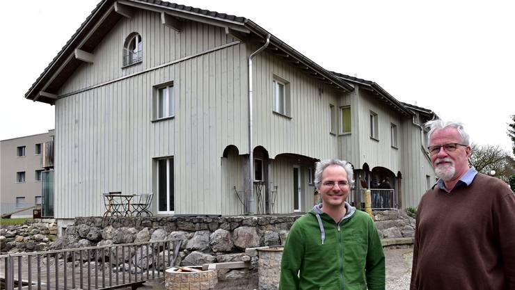 Felix Jeanmaire, frisch pensionierter Heimleiter von «casa fidelio», mit seinem Nachfolger Fabian Müller vor einem Wohnhaus.