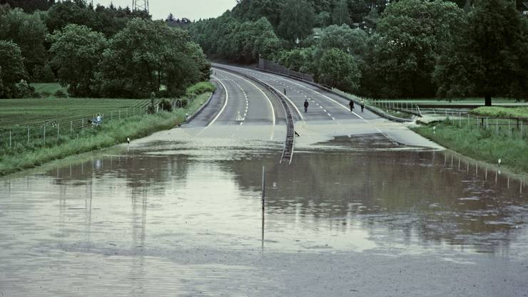 Die sonst unscheinbare Wyna überschwemmte die Autobahn N1 (heute A1). Diese musste während rund 24 Stunden gesperrt werden.