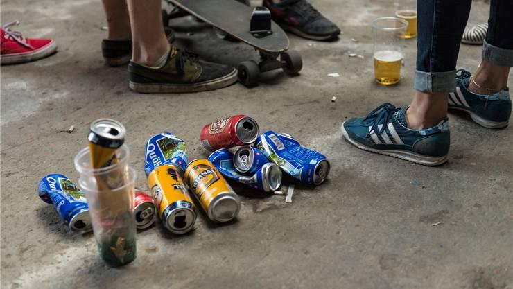 Vermehrt sind es Jugendliche, die ihren Abfall achtlos liegen lassen. Dagegen wollen die Jugendpolizeien vorgehen.