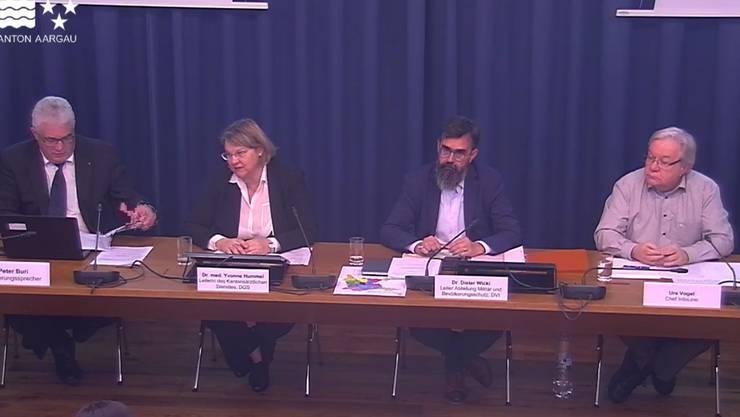 Der Kanton informiert über das Corona-Virus - von links: Regierungssprecher Peter Buri, Kantonsärztin Yvonne Hummel, Dieter Wicki (Chef Kantonaler Führungsstab) sowie Urs Vogel (Leiter Info-Line).