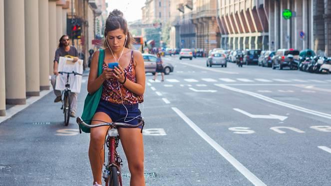 Musikhören oder telefonieren auf dem Velo – vor allem für junge Verkehrsteilnehmer eine Selbstverständlichkeit.Shutterstock