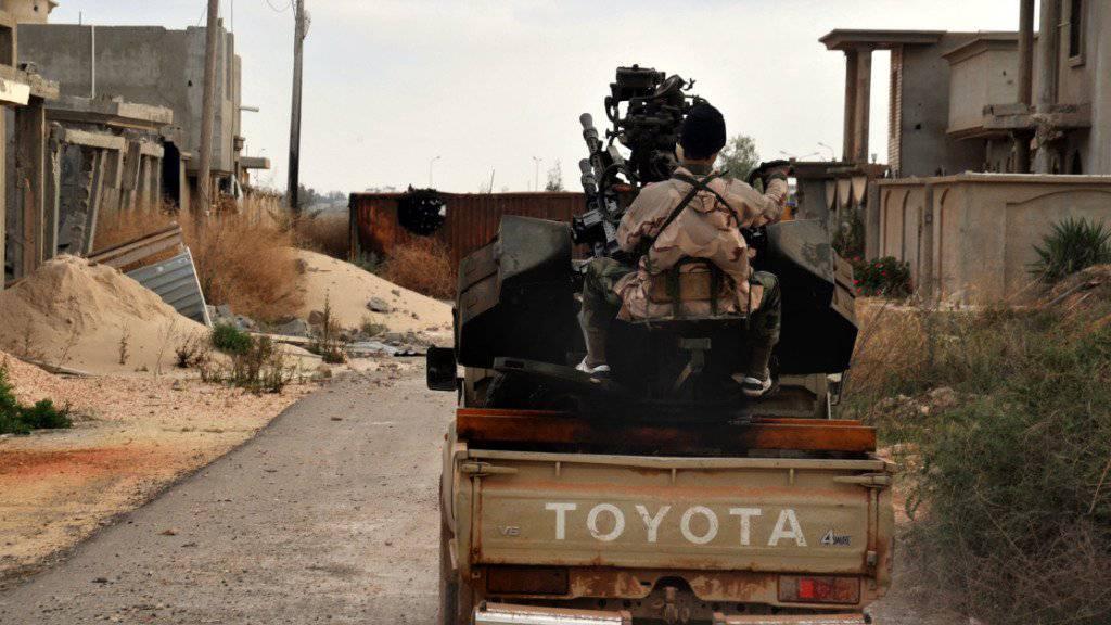 Kampf gegen den IS in Libyen: Ein Anhänger der Armee bringt sich bei Bengasi in Stellung. (Archivbild)