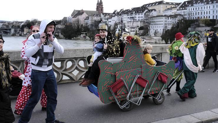 Mit Musikböxli statt mit richtigem Sound: Ein Wagen, begleitet von lüftelnden Pfeifern.