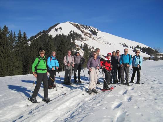 Wandergruppe mit Gulmen im Hintergrund