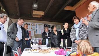 Architekt Reto Miloni (r.) erzählt den Gästen, wie das Haus funktioniert.