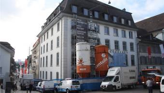 Weiss das Hotel, ocker der Leist-Trakt: Trotz der noch laufenden Bauarbeiten lässt sich das künftige Aussehen erahnen.