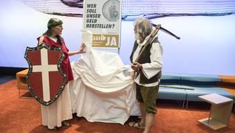 Am Donnerstag startete die Kampagne zur Vollgeld-Initiative – die Initianten traten im Helvetia- und Wilhelm-Tell-Look auf.
