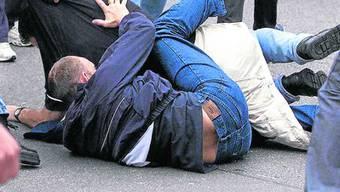 Ein Mann wurde so heftig geschlagen und getreten, dass er sein Leben verlor. Die deutsche Polizei hat zwei Tatverdächtige festgenommen. (Symbolbild)