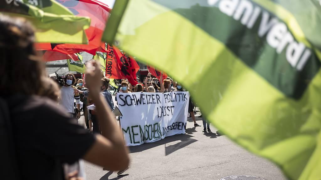 Die Teilnehmer der Berner Demo fordern ein Umdenken in der Flüchtlingspolitik.