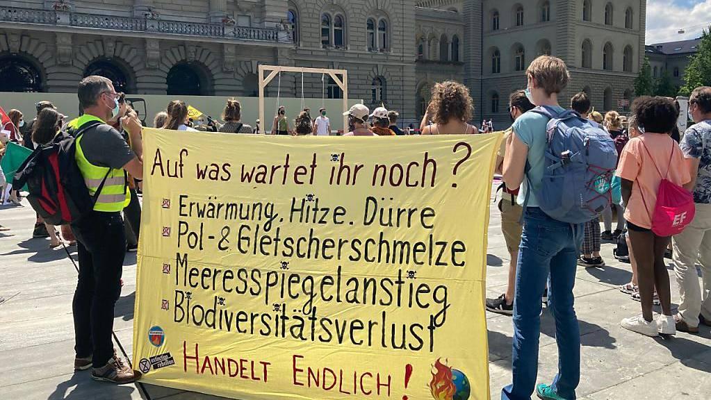 Mit einer symbolischen Aktion haben Aktivistinnen und Aktivisten von Extinction Rebellion am Samstag in Bern Bundesrat und Parlament aufgefordert, die Klima- und Biodiversitätskrise abzumildern.