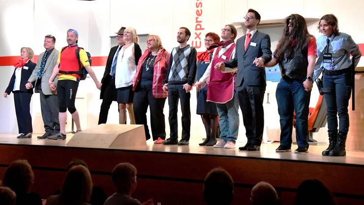 Mit zwölf Schauspielern hat die Theatergruppe Birmensdorf dem Publikum an der Première eine kurzweilige und amüsant unterhaltende Komödie präsentiert.