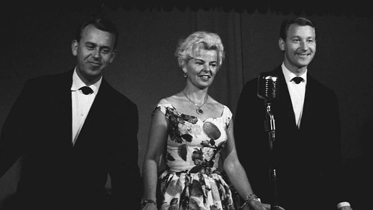 Werner, Klärli und Willy Schmid (v.l.) an einer Feier zum 20-Jahr-Bühnenjubiläum im Zürcher 'Kindli' 1959