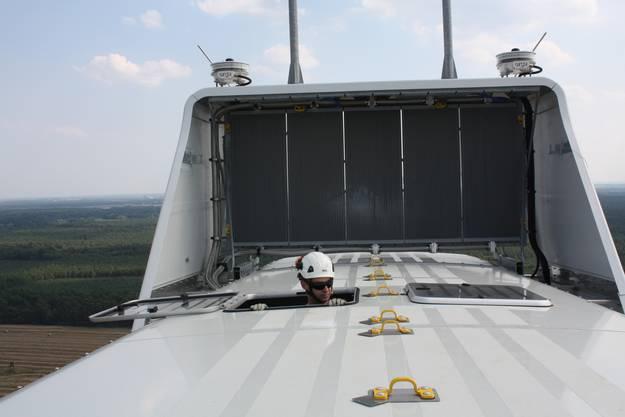 Der Spoiler hinten auf dem Maschinengehäuse in 105 Meter Höhe enthält neben einer Reihe von Messgeräten auf die Kühlrippen des Transformators, mit dem man den Strom auf 220 000 Volt hinauf transformiert um ich direkt in die Hochspannungsleitung einzuspeisen.