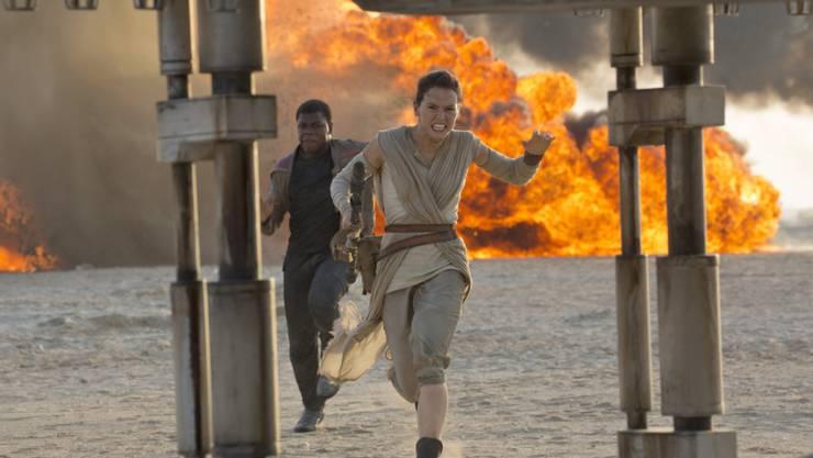 """Eine Szene aus dem siebten Teil der """"Star Wars""""-Filmreihe. Der Film ist zum erfolgreichsten Film aller Zeiten an den US-Kinokassen aufgestiegen."""