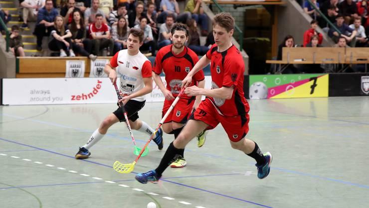 Überzeugte gegen Unihockey Mittelland Olten Zofingen nicht nur durch seinen Assist zum 2:3: Patrick Glettig (vorne) (Bild: Rolf Gabriel).