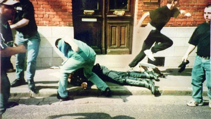 Der am Boden liegende Polizist Daniel Nivel wird während der WM 1998 von Deutschen Hooligans brutal zusammengeschlagen.