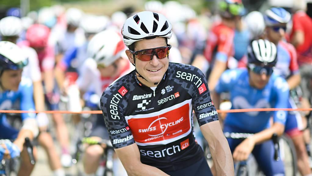 Claudio Imhof vom Swiss Cycling Team wartet am Mittwoch in St.Urban darauf, dass die Etappe nach Gstaad losgeht.