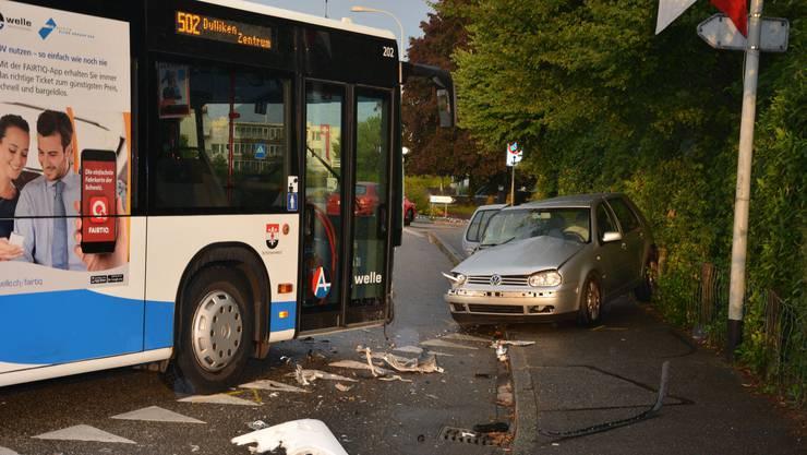 Auf der alten Landstrasse in Dulliken geriet am Freitagabend ein Automobilist auf die Gegenfahrbahn und prallte dort frontal in einen Linienbus.