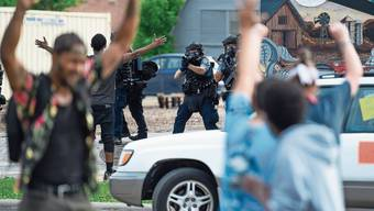 Polizisten in Minneapolis nehmen Demonstranten ins Visier. Die Stadtpolizei steht aufgrund eines politischen Vorstosses vor der Auflösung.