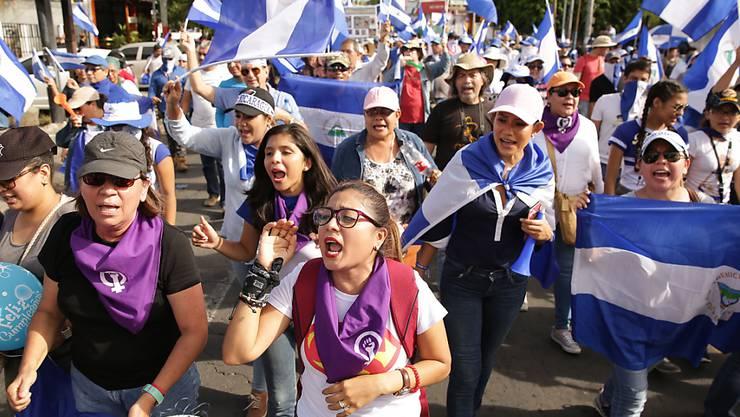 Die Regierungsgegner marschierten mit nicaraguanischen Flaggen durch die Hauptstadt Managua.