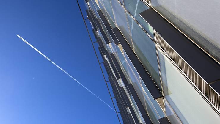 Die Glasfassade des neuen NATO-Hauptquartiers glänzt - das Gebäude ist aber immer noch nicht bereit für den Umzug. (Archiv)