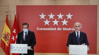 Enrique Lopez (l), Innenminister der†Gemeinde Madrid, und Enrique Ruiz Escudero, Gesundheitsminister der†Gemeinde, nehmen an einer Pressekonferenz teil. Foto: J. HellÌn./Pool/EUROPA PRESS/dpa