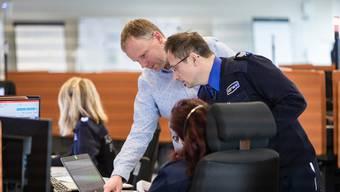 Patrick Hämmerli, Verantwortlicher für den Sirenentest (links) und Daniel Kretz, Dienstchef der Notrufzentrale, während des Probealarms.