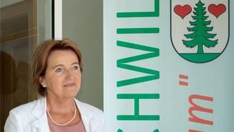 Ihr Herz schlägt für Gontenschwil: Gemeindeammann Renate Gautschy vor dem Gemeindehaus. psi