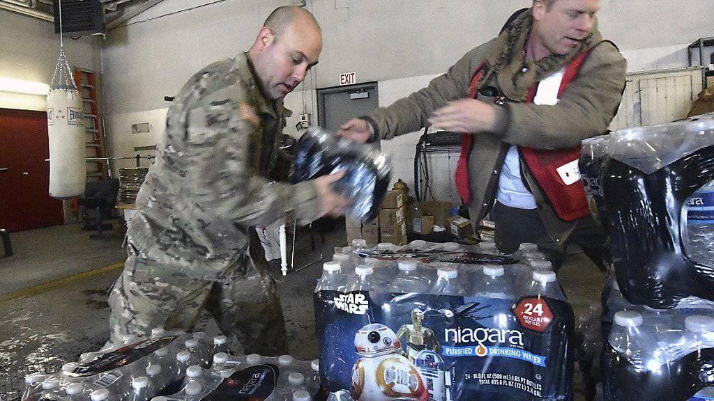 Die Nationalgarde und das Rote Kreuz organisieren die Versorgung der US-Stadt Flint mit Wasser. Obama rief den Notstand aus, nachdem das Trinkwasser im Ort nun schon seit mehreren Tagen verseucht ist. (Archivbild)