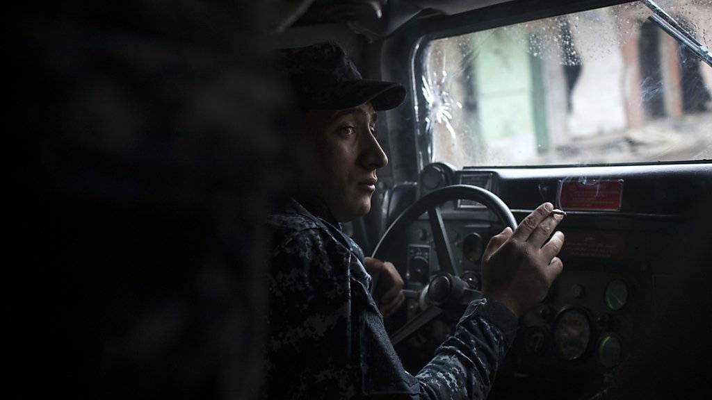 Fahrer der irakischen Bundespolizei im Einsatz in der IS-Hochburg Mossul: Die Strassen in der Altstadt sind dort zu eng für militärische Fahrzeuge.