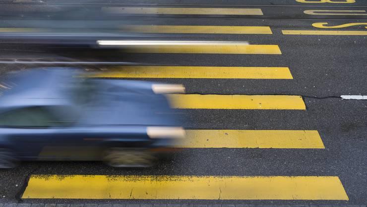 Eine 19-jährige Fussgängerin wurde auf dem Zebrastreifen von einem 35-jährigen Automobilist angefahren. (Symbolbild)