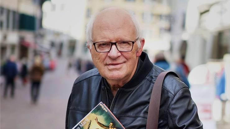 Ihm liegt viel am Staat, auch wenn er weniger Staat möchte: Autor Urs Marti mit seinem neuen Buch, das das Schweizer Politsystem beschreibt. lfh
