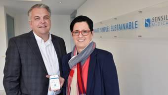 CEO Derek Brandt und Verkaufsleiterin Sandra de Haan mit einer eigens entwickelten  Mikropumpe.