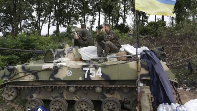 Ukrainische Soldaten halten Wache an einem Checkpoint bei Slawjansk