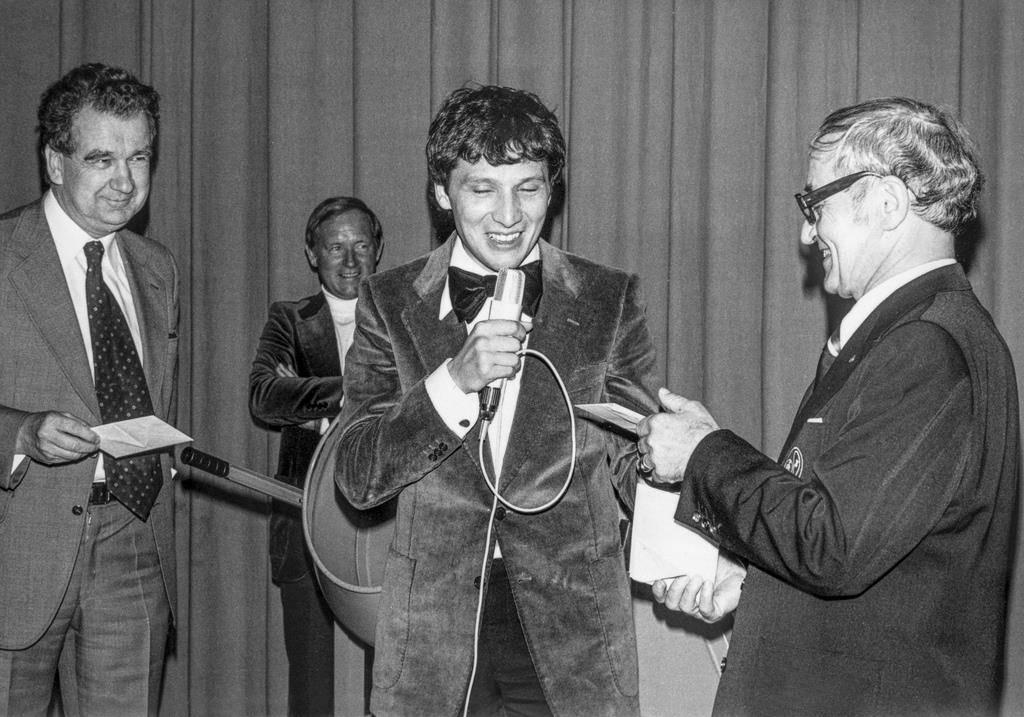 Beni 1978 mit dem damaligen Winterthurer Stadtpräsidenten Urs Widmer (links) und Jugenskilager-Chef Gust Meienhofer (rechts). (© Keystone)