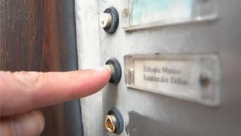 Haustür abschliessen und keine fremden Personen ins Haus oder die Wohnung lassen, lautet der Rat der Polizei. (Symbolbild)