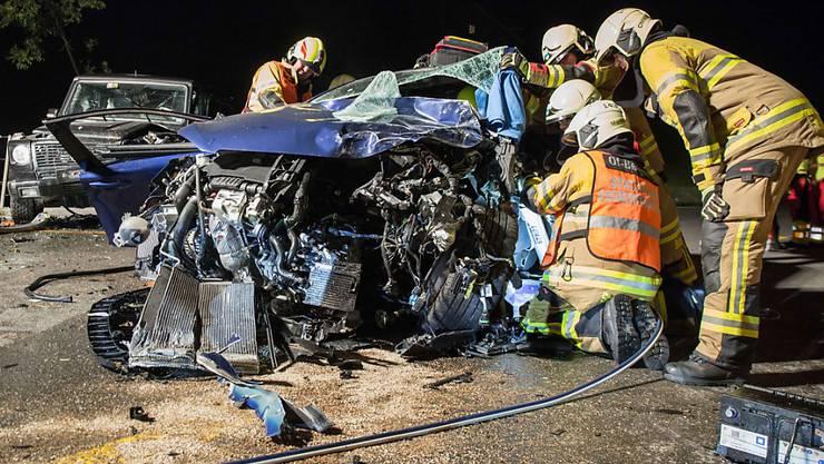 Die Frontalkollision in Neuheim war heftig: Die 27-jährige Lenkerin wurde eingeklemmt und mit lebensbedrohlichen Verletzungen von der Rega in eine Spezialklinik geflogen.