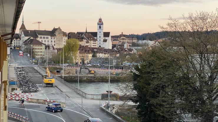 Die Kettenbrücke am Abend des 17. März: Bagger haben sich bereits am Belag zu schaffen gemacht.