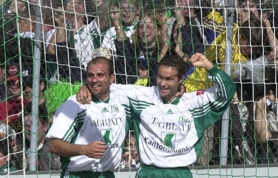 Bilder, welche die FCSG-Fans nicht vergessen haben: Contini jubelt im April 2000 zusammen mit Jairo. (Archivbild: TAGBLATT/Rainer Bolliger)