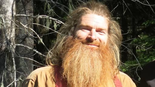 Man kennt sich unter den Kanada-Auswanderern. Der zum Kult-Auswanderer gewordene langbärtige Holzfäller Hermann Schönbächler (Bild) aus Biel wohnt heute 10 Autostunden von Fischers entfernt. Vor drei Jahren hat er sie besucht.