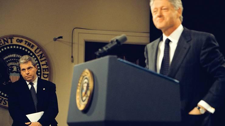 Pressesprecher Joe Lockhart (links im Hintergrund) wich jahrelang kaum von US-Präsident Bill Clintons Seite.