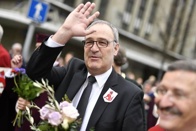 Bundesrat Guy Parmelin marschiert als Ehrengast am Zug der Zünfte zum Feuer mit.