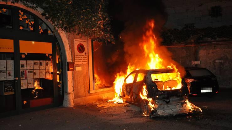 Am frühen Montagmorgen haben gleich zwei Brände die Solothurner Feuerwehr auf Trab gehalten. Erst brach Feuer in einer Lagerhalle aus, kurze Zeit später geriet ein Auto in Brand.