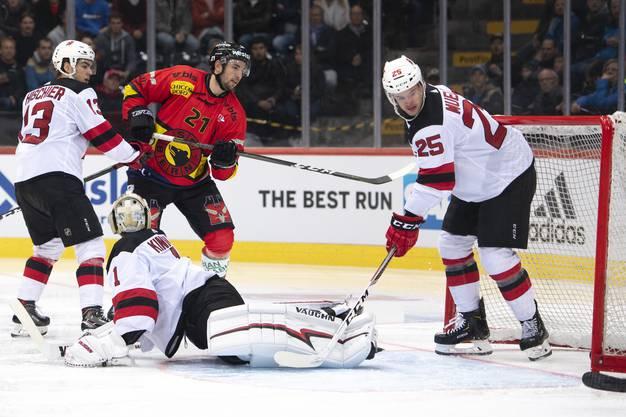 Nico Hischier kommt zu spät: Soeben hat Simon Moser für den SCB gegen die New Jersey Devils zum zwischenzeitlichen 1:1 ausgeglichen