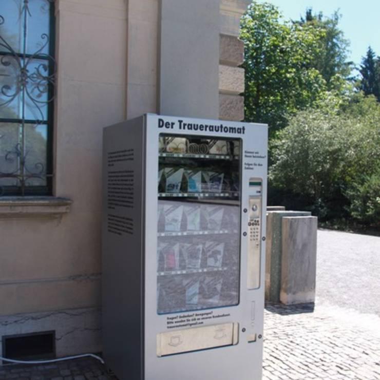 Trauerautomat: In Zürich steht dieser Automat auf dem Friedhof Sihlfeld. Lea Hofer, Erschafferin des Automats möchte, dass die Trauerkultur wieder präsenter wird.
